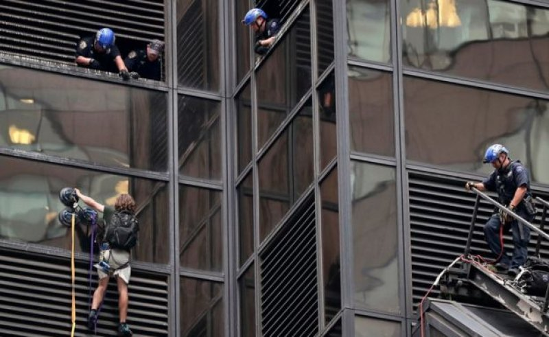 Photo of New York police arrest man trying to climb Trump Tower